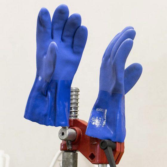 Handschuhe eines Craftbier Brauers